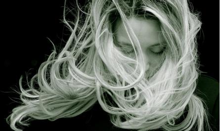 Apporter du volume à ses cheveux avec de l'extension à clip